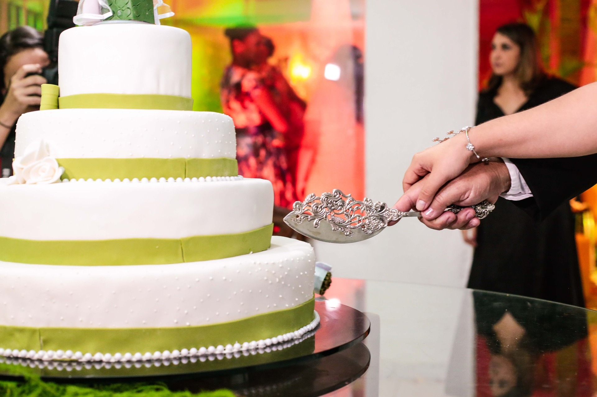What do modern wedding cakes have to offer?