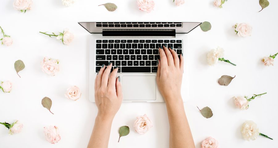 Laptop-with-flowers-for-wedding-website-announcement-wedding-experience
